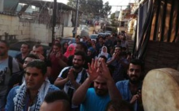 *الشباب الفلسطيني يجول تطوعاً في مخيم الضبية شرق العاصمة بيروت*