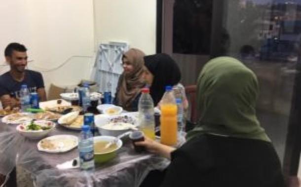 ناشط تقيم إفطارها السنوي