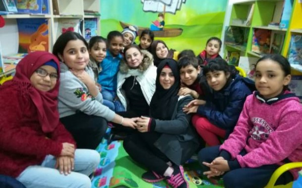 الصحافية الفلسطينية نداء عودة تزور مكتبة ناشط الثقافية