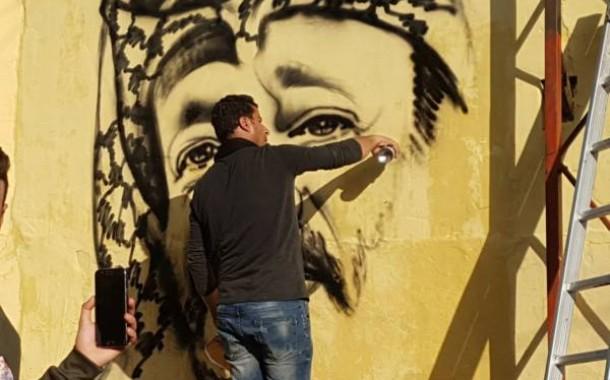 الفنان التشيكلي محمد الديري القادم من ارض الوطن يرسم في عاصمة الشتات عين الحلوة